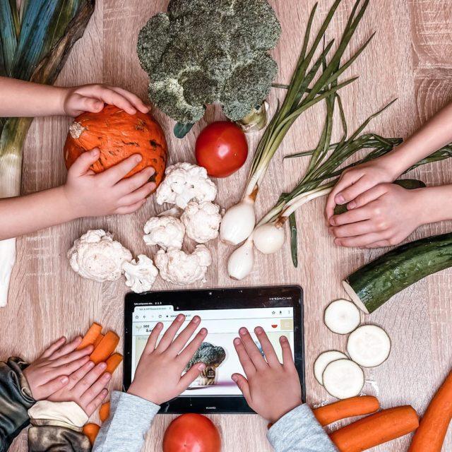 """Jedzenie warzyw i owoców.  Dużo mam skarży się, że ich dzieci nie chcą jeść ani warzyw ani owoców.   Nie muszę tłumaczyć jakie to niesie konsekwencje. Jesteśmy tym co jemy, a dobrze zbilansowana dieta powinna zawierać w sobie 50% warzyw.   Dzieci, które jedzą ich odpowiednią ilość mają więcej energii, lepszą odporność i ładniejszą sylwetkę. Super, tylko jak nauczyć dzieci jedzenia czegoś na co nie chcą nawet patrzeć.   Badania mówią, że przedszkolaki chętniej zjedzą podczas posiłku dane warzywo, jeśli są wcześniej zaznajomione z  jego wyglądem i wiedzą jak się je uprawia. Im więcej dziecko wie na temat warzyw zanim zobaczy je na talerzu, tym lepiej! Efekt ten dotyczy szczególnie warzyw, których dziecko nie lubi lub których nigdy wcześniej nie próbowało.   Wróćmy więc trochę do przeszłości i dajmy się dzieciom pobawić jedzeniem, trochę jak spóźnione BLW.  Zróbcie wspólnie zakupy, wybierzcie warzywa, których nie chce jeść Twoje dziecko i poznajcie się z tymi warzywami. Wiem, nie masz czasu studiować teraz biologii czy botaniki, dlatego ja mam dla Ciebie super rozwiązanie dzięki projektowi EIT Food See&Eat (www.seeandeat.org).  Z aplikacją i ebookami see&eat przedstawisz swojemu dziecku historię i podstawowe informacje na temat warzywa,  jednocześnie dasz mu to warzywo do zabawy i obserwacji. Zobaczysz, że gdy wyląduje na talerzu Twoje dziecko będzie miało do niego zupełnie inny stosunek, w końcu się już znają. Badania Uniwersytetu Warszawskiego wykazały, że należy co najmniej 10 razy """"przedstawić"""" warzywo dziecku, aby osiągnąć oczekiwany rezultat.   UW jest partnerem projektu w Polsce.  Daj znać w komentarzu czy Twoje dziecko lubi warzywa i owoce?  #SeeandEatVeg  #EetGreens  #HealthyChildren  #eitfood  #loveveggies  #kidsnutrition  #fussyeater   @food.unfolded"""