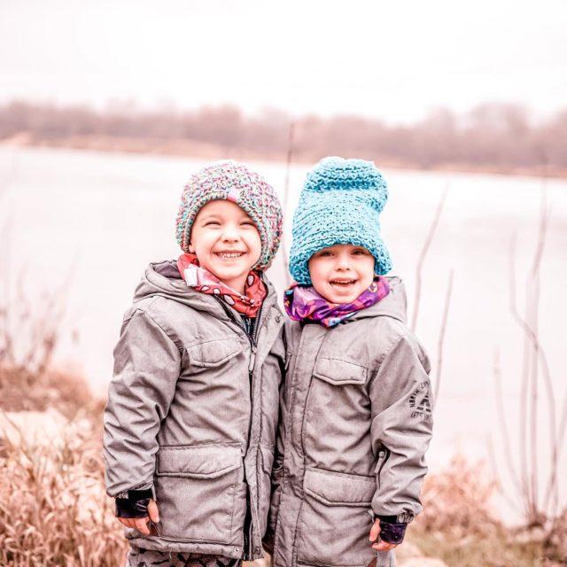 Syndrom najmłodszego dziecka.  Krąży dużo mitów i opinii na temat najmłodszego dziecka w rodzinie  👉🏻pupilek rodziny 👉🏻wychuchany przez wszystkich członków rodziny  👉🏻do załatwiania spraw wykorzystuje bardzo często swoj urok osobisty  👉🏻jest największym słodziakiem 👉🏻jest najbardziej rozpieszczonym dzieckiem  👉🏻jest mu najłatwiej, bo wszystkie szlaki zostały przetarte, a zasady ustalone  👉🏻często jest postrzegane jako lekkoduch z poczuciem humoru  👉🏻zawsze przez rodziców traktowane jest jak dziecko, zresztą starsze rodzeństwo też  👉🏻jest bardziej samodzielne  👉🏻kreatywne  👉🏻rozpieszczane ponad miarę  👉🏻w dorosłym życiu maja problem z podejmowaniem odpowiedzialności  👉🏻lubią smakować życie, szukając coraz to nowych przygód  👉🏻nie maja problemów z proszeniem o pomoc innych  👉🏻są pewni siebie  👉🏻są optymistami   Myślę, że w wielu tych stwierdzeniach jest dużo prawdy, dlatego trzeba pamiętać przy najmłodszych dzieciach o konsekwencji, tak samo jak przy starszych. Jednak nie mogę oprzeć się słodkości najmłodszych. Jakby byli z innej materii 🤣  A jakie Ty masz doświadczenia z najmłodszymi w rodzeństwie?  #matkagigantka 💛 #mama #matka #mamusia #instamama #instamatka #bracia  #polskamama #bliźniaki  #bedemama #dzieci #dzieciaki #dziecko #instadziecko #instadzieci #frej #dlablizniakow #wszystkocokocham #mojewszystko #macierzyństwo #mamabyc #rodzeństwo  #syn #corka #mojamiłość #mojswiat #blizniaki #rodzenstwo  #rodzina #macierzynstwo