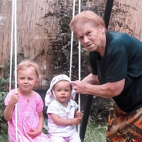 Moja ukochana babcia Jasia, na zdjęciu z moimi córkami. Tęsknie za nią każdego dnia. Była moją osoba na tej ziemi. Najważniejsza, najlepsza, najkochańsza. Mówi się, że nie ma ludzi niezastąpionych, gowno prawda, jej się nie da zastąpić. Tęsknie za nią na maxa. To ona dała mi wiarę w siebie, pokazała ile jestem warta, dała mi ogrom miłości, bliskości i czułości. Nauczyła tak wiele. Chciałabym, żeby była z nami, bo od kiedy jej nie ma jest tak jakoś pusto, mimo, że dom pełen. Mam tylko nadzieję, że ja będę taką wspaniałą babcią dla swoich wnucząt, bo w końcu mam cudowny wzorzec. To po niej mam tyle energii i optymizmu.  Kocham Cię i zawsze będę ❤️❤️   #matkagigantka  #babcia #dzienbabci  #jasia  #babciajasia
