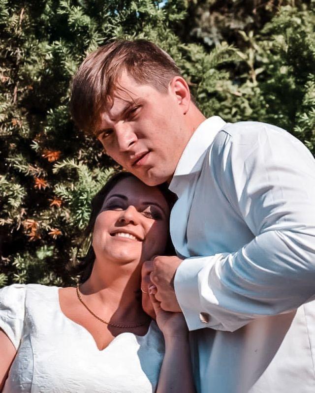 """7 czerwca 2014 godzina 10.00  Spotkaliśmy się z najbliższymi w Urzędzie Stanu Cywilnego na Bielanach i powiedzielibyśmy sobie wzajemnie """"TAK"""". Złamaliśmy stereotypy, zniszczyliśmy, niektórym wizje, plany i przekonania. Jednak wbrew otoczeniu zawalczyliśmy o siebie. Dziś 7 rocznica ślubu cywilnego. Jestem wdzięczna, że mój masz stanął na mojej drodze. Nie zawsze było kolorowo i zabawnie, nie zawsze było tylko przyjemnie, ale zawsze razem. W trudach codzienności i rutynie, wspólnie, razem znosimy co umiemy do naszego gniazda. Wiem jak dużo musiał przepracować mój mąż, żeby o nas zawalczyć, żeby się odważyć, żeby się oświadczyć, żeby powiedzieć tak. Do dziś część jego rodziny tego nie akceptuje... No cóż, ich problem... ale wiem, że ta walka opłaciła się. Mamy to co dla nas obojga było najważniejsze, wspaniałą rodzinę.  Życzę nam pięknych lat razem, lekkiego życia i sensu bycia razem. Kocham Cię @bartosz.frej i cieszę się, że idziemy razem przez życie ❤️❤️❤️  #matkagigantka  🤍🤍🤍 #frej  #mama  #matka  #mamusia  #małżeństwo  #para  #couple  #couplegoals  #rocznica  #onaion  #mążiżona  #mazizona  #my  #dlablizniakow  #milosc  #miłość  #love  #husbandandwife  #marriage  #heandshe  #malzenstwo  #wedwoje  #razem  #razemnajlepiej  #kocham  #kocha #związek  #frejstory"""