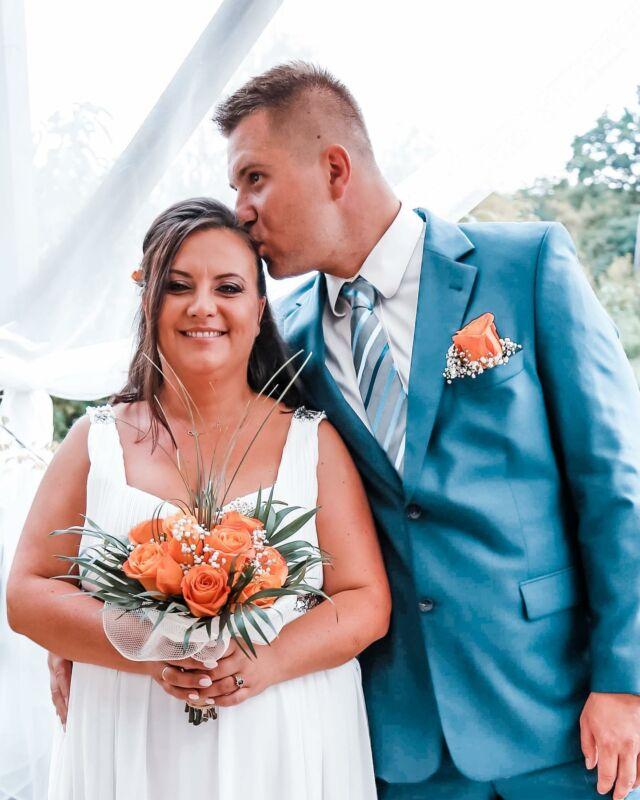 """#frejstory Dziś jeszcze nie będzie odcinka, przepraszam, ale chciałbym to wynagrodzić teledyskiem z naszego ślubu, który odbył się 18.08.18 Ślub kościelny wzięliśmy 4 lata po cywilnym, musiałam unieważnić pierwszy, zanim stanęliśmy razem przy ołtarzu, trwało to też 4 lata. Mieliśmy wziąć ślub w rocznice cywilnego, ale kuria spóźniła się jeden dzień z decyzją, nie chcieliśmy czekać roku i wybraliśmy nową datę. Dzięki temu mamy 4 daty do świętowania, rocznica związku, zaręczyn i dwie ślubne plus kilka innych małych naszych fajnych wspomnień.  Ślub był bardzo kameralny. My z dziećmi, niania, świadkowie z rodzinami, moja siostra i przyrodnia siostra mojej mamy, która zadbała o oprawę muzyczną naszej ceremonii i grała na skrzypcach.  Potem był grill u nas w domu i wilków ognisko. Tylko my i świadkowie. Miałam 4 śluby, dwa cywilne i dwa kościelne i ten zdecydowanie był najlepszy. Tylko my, nasza przysięga i najbliżsi. Było prawie idealnie. Do ideału brakowało mi tylko lepszej figury, innej kiecki i wygranego """"november Rain"""" w kościele, nawet w wersji instrumentalnej.  Kocham takie kameralne imprezy, skupiają się na tym co ważne.  Bardzo miło wspominam tamten dzień i uroczystość. Jeśli chcesz zobaczyć skrót z tego wydarzenia, znajdziesz na moim kanale na You Tube, jeśli nie chcesz przegapić innych filmów zasubskrybuj mój kanał oczywiście nazwa """"matkagigantka""""  Daj znać jak było u Ciebie. Był ślub albo wesele. W urzędzie czy w kościele? Tłumnie czy kameralnie? Co utkwiło Ci ważnego z tamtego dnia w pamięci?  Na zdjęciu z moim ukochanym @bartosz.frej"""