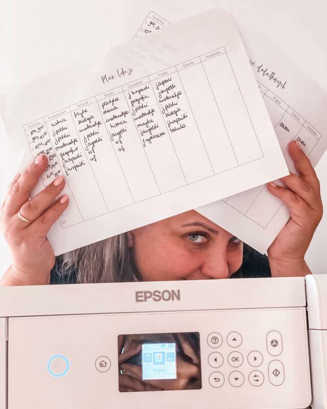 Dziś chciałam Ci przedstawić moją nową drukarkę. Bardzo się cieszę, że mogę się nią pobawić, potestować i na dodatek mam pomoc w pracy. Ci co mnie znają doskonale wiedzą, że jestem gadżeciarą, sprzęt elektroniczny musi mieć odpowiedni poziom. Zabawa elektroniką sprawia mi wiele radości i relaksuje mnie.  Teraz na tapetę wzięłam drukarkę firmy @epson_polska L4266, której główną zaletą jest tania eksploatacja. I muszę Ci się przyznać, że to bardzo ważny argument. Używając mojej poprzedniczki potrafiłam wydać miesięcznie na tusze więcej pieniędzy niż zapłaciłabym za nowy sprzęt. Po pierwszych testach jestem zachwycona. Bardzo się cieszę, że mogę z niej korzystać i odkrywać nowe możliwości, a jest ich wiele, pokażę Ci kolejne później.  Drukowałam dziś #palnergigantki, a głównie plany lekcji i zajęć dodatkowych, żeby zawisły na lodowce. Jeśli chcesz ode mnie taki plan lekcji plus plan zajęć dodatkowych, napisz mi to w komentarzu, a ja wyślę Ci plik do pobrania. Warunkiem otrzymania prezentu jest polubienie profilu @epson_polska i oczywiście mój @matkagigantka i udostępnienie tego posta.   Bardzo jestem ciekawa jakie rzeczy Tobie sprawiają najwiecej radości i relaksują Cię? Jest ktoś podobny do mnie, kto lubi elektronikę?